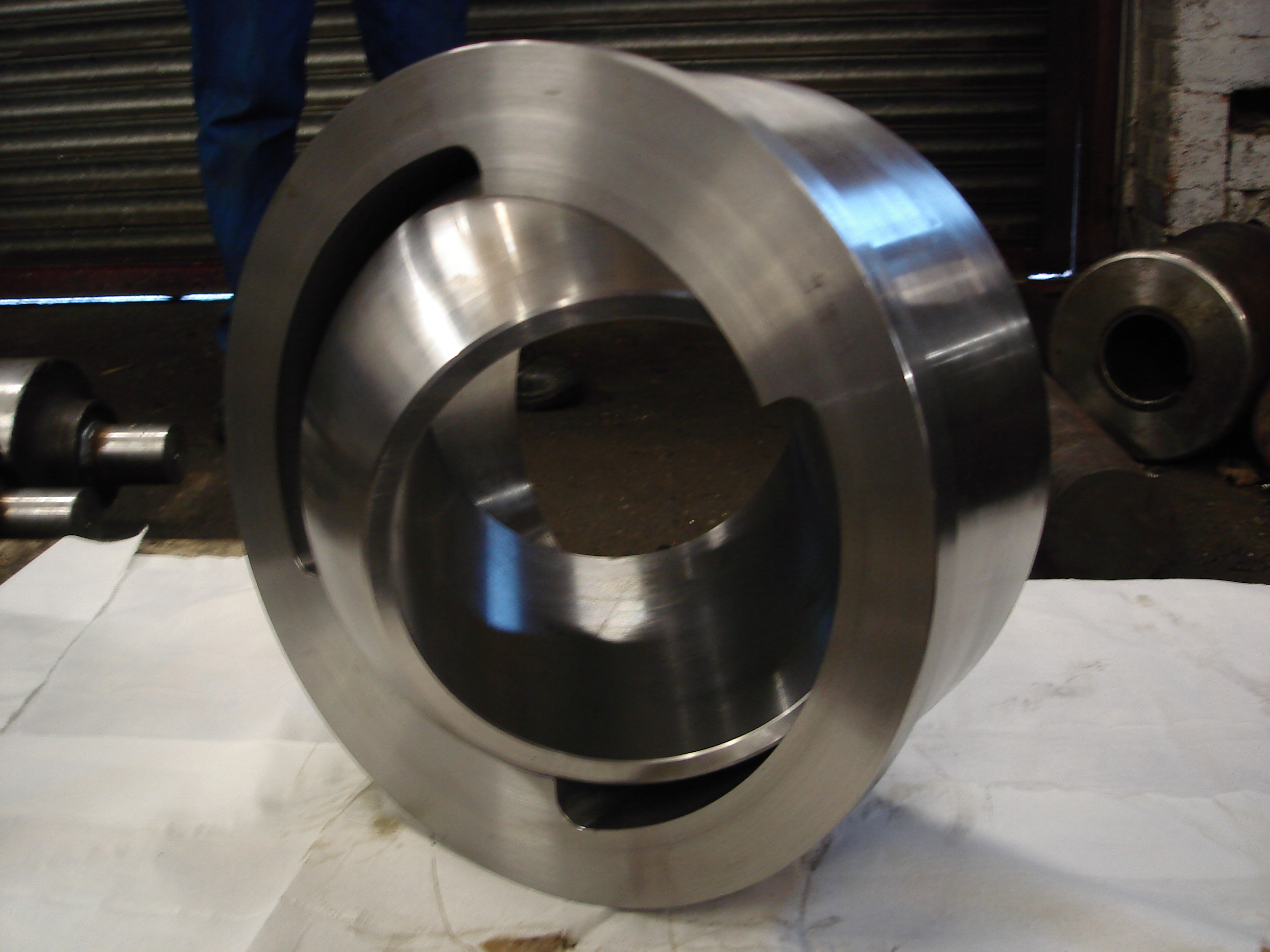Spherical bearing and housing